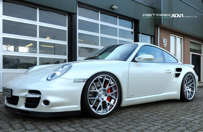 Porsche custom tyres: the prestige